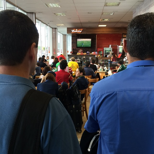 Anyone who is anyone is watching the finals in the Brasilia airport cafe. (Como se diz